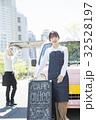 キッチンカーを開店する女性 ポートレート 32528197