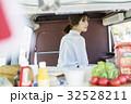 キッチンカー 調理する女性 32528211