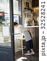 カフェ 開店準備をする女性 32528241