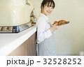 焼きたてパンを持つ女性 32528252