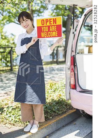 キッチンカー オープン 看板を持つ女性 32528282