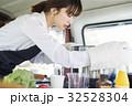 キッチンカー 調理する女性 32528304