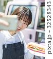 キッチンカー 働く女性 スマホ 32528343