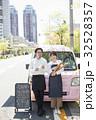 キッチンカーを開店する女性 ポートレート 32528357