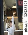カフェを経営する女性 休憩 32528395
