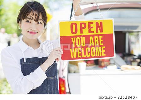 キッチンカー オープン 看板を持つ女性 32528407