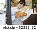 焼きたてパンを持つ女性 32528432