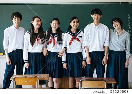 教室にいる高校生たち 32529603