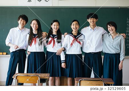 教室にいる高校生たち 32529605