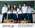 教室にいる高校生たち 32529607