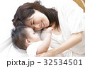 赤ちゃんと母親 32534501
