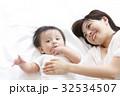 赤ちゃん 親子 母親の写真 32534507