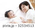 赤ちゃん 親子 母親の写真 32534513
