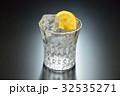 注意)透明な液体は水です。焼酎アルコール飲料のイメージ。(焼酎水割り、焼酎ロック) 32535271