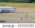 離陸前の飛行機を見送る整備士 32535293