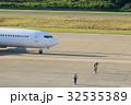 離陸前の飛行機を見送る整備士 32535389