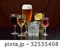 アルコールドリンクのイメージ。注意)透明液体は水です。赤ワイン、白ワイン、ビール、焼酎、ハイボール。 32535408