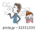 タバコを吸う男性 32551335