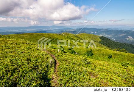 path through the mountain ridge in summer 32568489