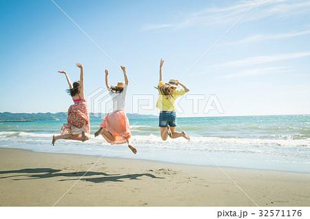 女子旅 海 若い女性 32571176