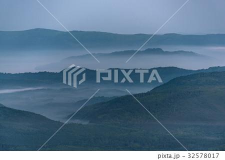 幻想的な朝の霧 32578017
