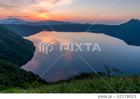 夏の摩周湖の朝 32578025
