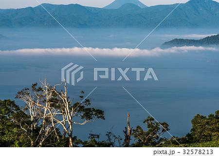 屈斜路湖の雲の道 32578213