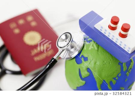 医師添乗 トラベルドクター 旅客船 クルーズ客船 医療 医師 医者 ドクター 32584321