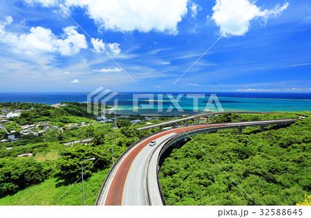 沖縄県南城市 絶景のニライカナイ橋をドライブ 32588645