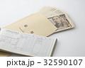 給料 給料袋 一万円札の写真 32590107