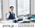 ビジネスマン 男性 パソコンの写真 32593639