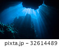 水中の洞窟に注ぐ太陽の光 沖縄県・宮古諸島・下地島・一の瀬ホール 32614489