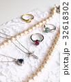 ジュエリーコレクション、真珠のネックレス・ルビーの指輪・ダイヤのクロスペンダントなど、コピースペース 32618302