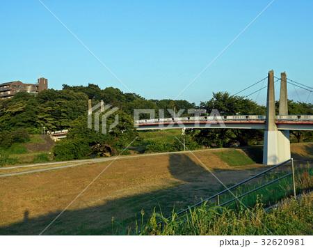 土手にかかる橋 32620981