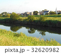 川と向こう岸の土手と住宅街 32620982