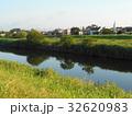 川と向こう岸の土手と住宅街 32620983
