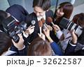 囲みを行う報道陣 32622587