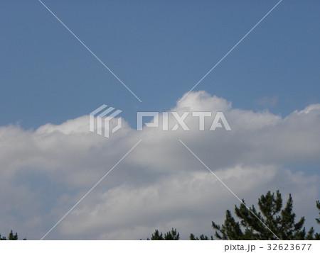 夏の青空と白い雲 32623677
