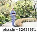 着物姿の女性(緑背景) 32623951