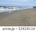 白波立つ稲毛海岸の夏の砂浜 32628110