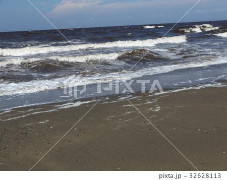白波立つ稲毛海岸の夏の砂浜 32628113