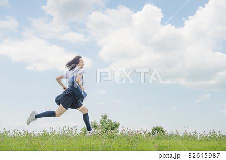 走る女子高校生 夏服 32645987