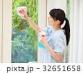 笑顔で窓を掃除する女性 32651658