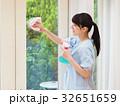 笑顔で窓を掃除する女性 32651659