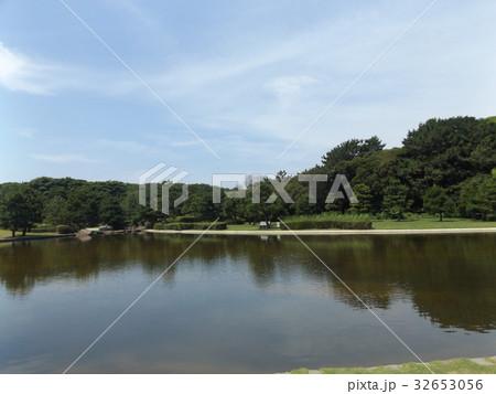 箱庭を見るような稲毛海浜公園の仲の池の景色 32653056