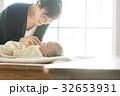 スーツ姿の女性と赤ちゃん 32653931