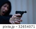 ピストル 拳銃 (犯罪 違法 犯人 悪人 変装 容疑者 事件 犯罪者 不審者 侵入 ギャング) 32654071