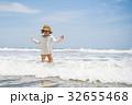 海で遊ぶ女の子 32655468