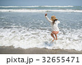 海で遊ぶ女の子 32655471