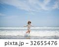 海で遊ぶ女の子 32655476